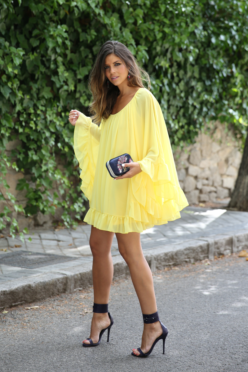 trendy_taste-look-outfit-street_style-ootd-blogger-blog-fashion_spain-moda_españa-yellow_dress-vestido_amarillo-boda-wedding-evento-clutch_pedreria-mas34-sandalias_azules-blue_sandals-8