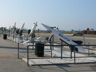 Raketen aufgereiht: Straßenseite