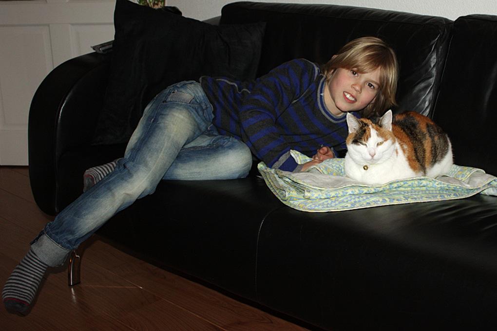 kleinzoon Viggo samen met ons katje Mischou