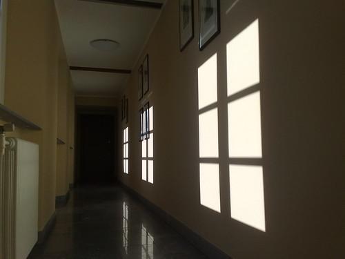 Le contro finestre del corridoio by durishti