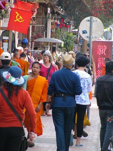 Monje caminando por calle Sisavangvong