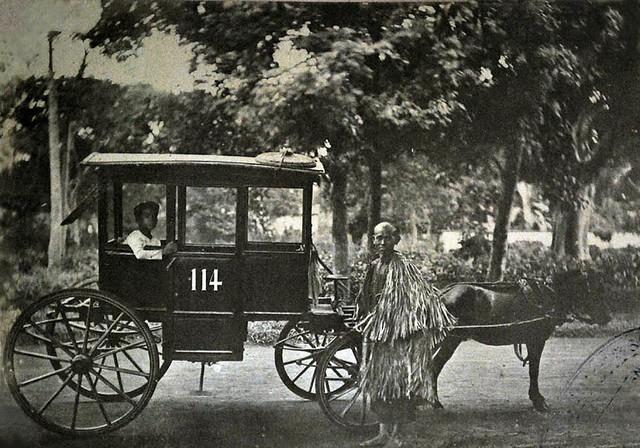 Transport à Saigon, un cocher et son manteau de pluie, vers 1930