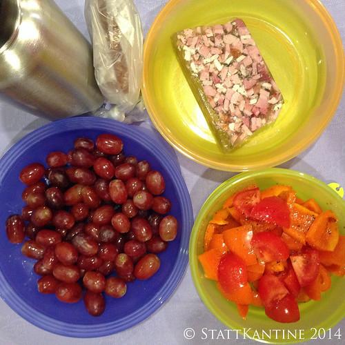 StattKantine 29.04.14 - Schinkensülze, Tomaten-Paprika-Salat, Trauben