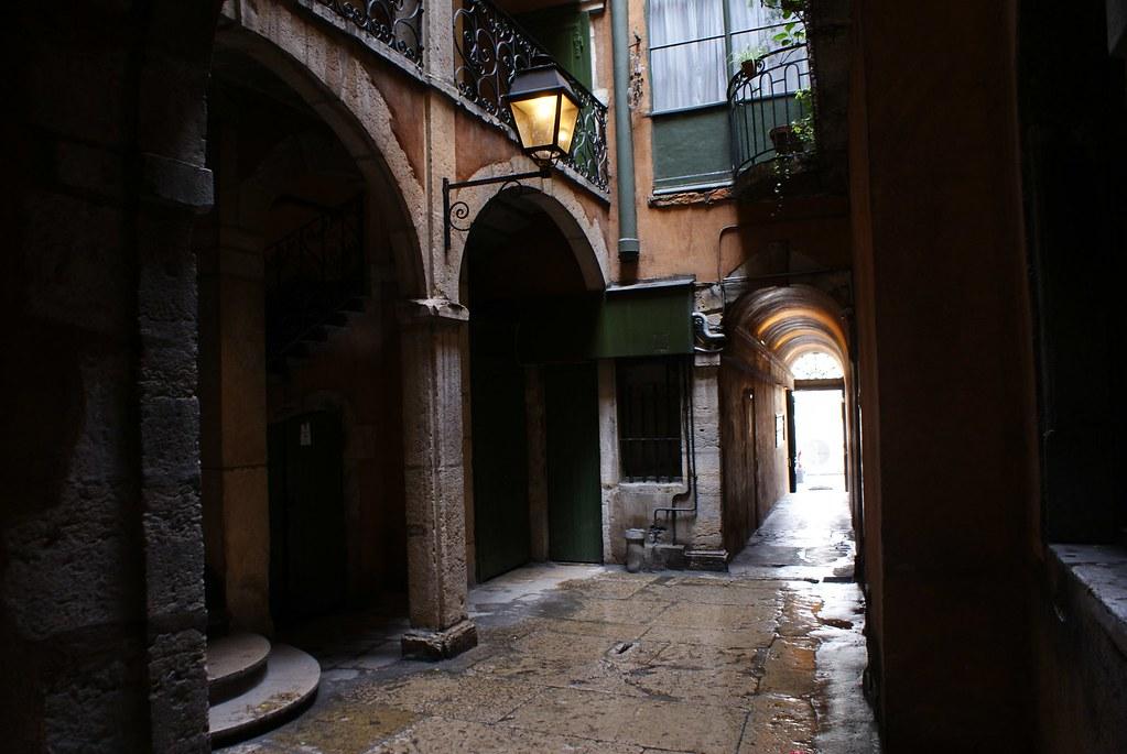 Traboule mystérieuse et cour élégante du quartier de Saint Jean à Lyon.