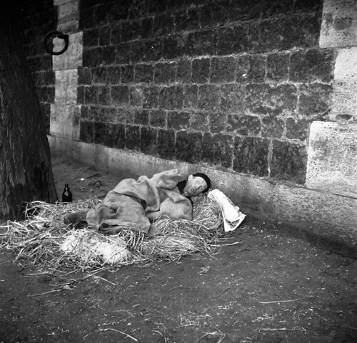 Clochard overnacht onder brug in Parijs / French tramp spending the night under a bridge in Paris