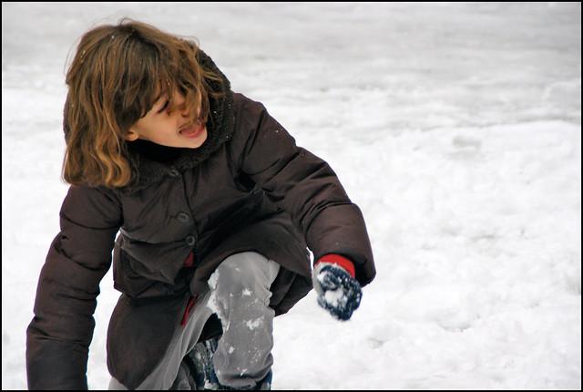 petite fille s 39 amusant avec des boules de neige explore. Black Bedroom Furniture Sets. Home Design Ideas