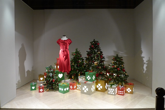 Vitrine de no l moschino paris d cembre 2010 flickr photo sharing - Vitrine de noel paris ...