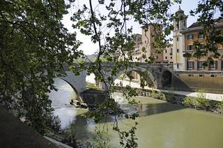 Ponte Fabricio の画像. bridge italy holiday rome roma geotagged italia tiberisland isolatiberina 2011 pontefabricio rome2011 geo:lat=418912652 geo:lon=12478434900000025