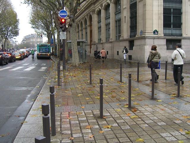 Пересечение тротуара с выездом из паркинга в центре Парижа