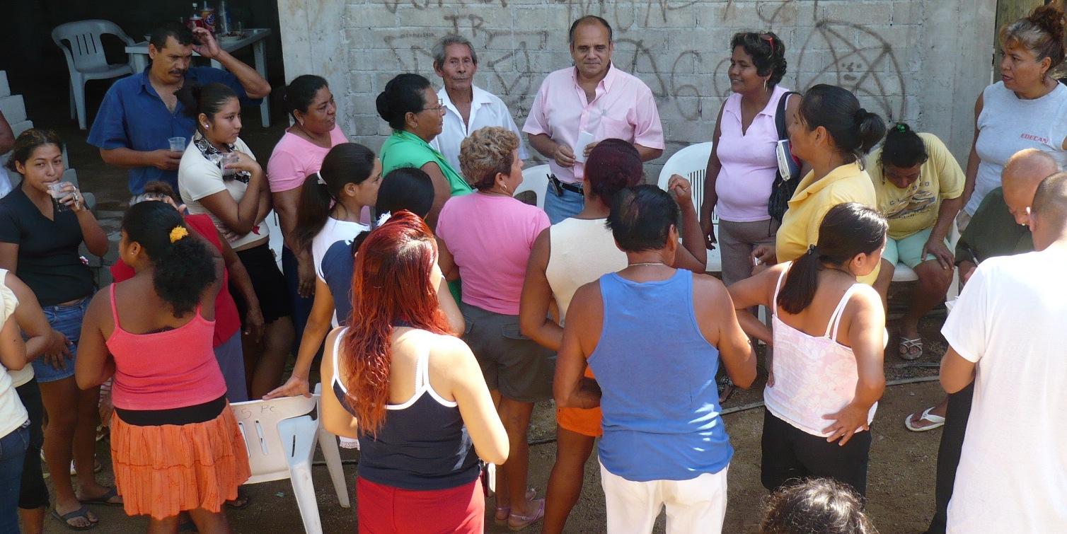 Manuel Añorve Baños platicando con personas que apoyan su proyecto ...