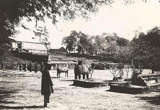Hué. Un aspect de l'escalier conduisant au tombeau de Gia Long 1919-26