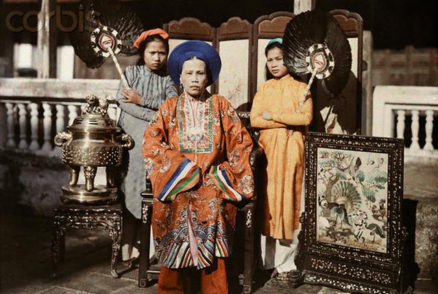 1931, Hue, Vietnam --- A princess of Hue is fanned by her maids - Bà Chúa Nhất, hoàng trưởng nữ của vua Dục Đức, chị cả của vua Thành Thái