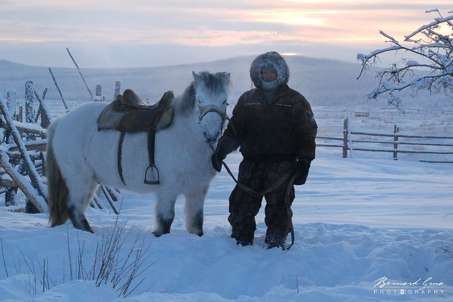 Cavalier iakoute et son cheval dans le givre, par -50°C - Tomtor, Iakoutie, Sibérie © Bernard Grua 2010