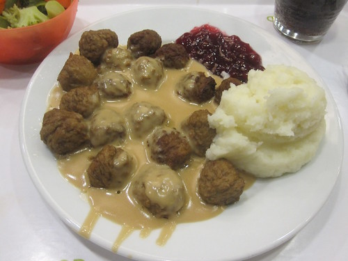 Meatballs, mashed potatoes and lingonberry jam