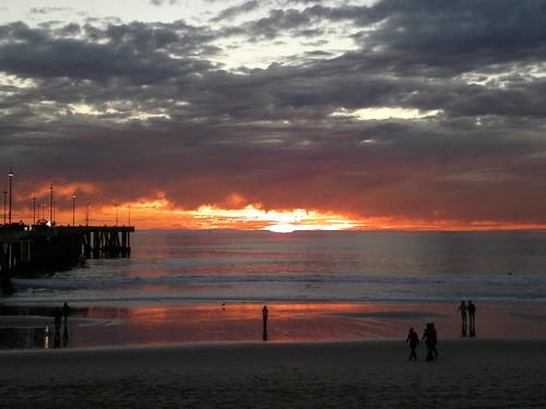 Schön ist es wohl in Los Angeles zu fischen am Abende, wenn die Lagune blitzt, und das schimmernde Netz vom hangenden Meergras funkelt, jede Masche wie Gold, und die zappelnden Fische vergoldet, ferne USA am Abend 2147483637