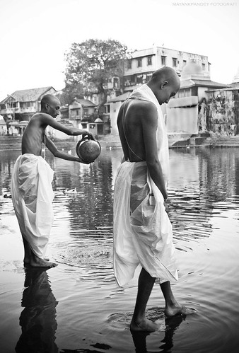 Together in Grief - a portrait of brothers at Banganga,Mumbai - Mayank Pandey amateur photographer from Mumbai India online photo exhibition street [hotography black and white Маянк Пандей фотограф любитель из Мумбай Индия онлайн фотовыставка стрит фотография черно белый