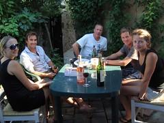 New Zealanders, Jules, Leighton Corbet, Alistair Paterson, Simon Paterson et Courtney Boyle ayant un vin très agréable et des collations à la à la Maison de Mezin Lot-et-Garonne département (Aquitaine) France