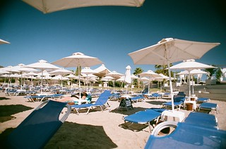 Immagine di Varkiza Beach (Παραλία Βάρκιζας) Beach of Varkiza vicino a Vári. sea sky sun holiday tree film beach sand superia towel athens greece sunbather 2010 nikonf80 fujisuperia loungers vari umbreallas sunloungers vouliagmeni varibeach fb:uploaded=true fb:request=true nikkor20mmf28afd vouliagmenibeach athensbeach