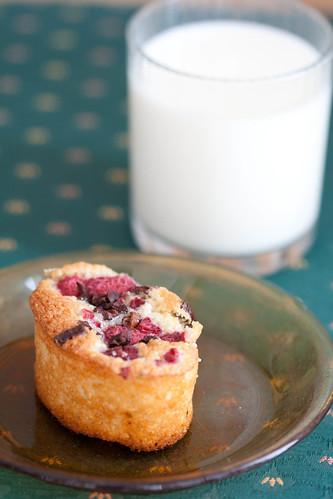 Raspberry and vanilla friand with cacao nibs / Vaarika-vanillifriandid kakaotükikestega