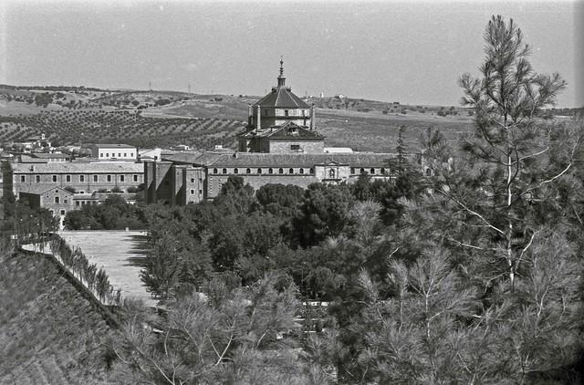 Hospital Tavera y Parque de la Vega (Paseo de Merchán)  vistos desde la Granja en Toledo hacia 1967. Fotografía de John Fyfe