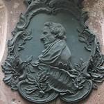 Am Lessing-Denkmal - Moses Mendelssohn