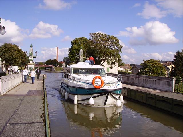 Bateau sur le pont canal de briare au dessus de la loire flickr photo sh - Vernis pont de bateau ...
