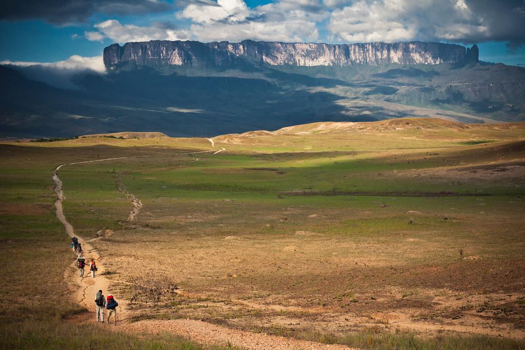 ロライマ山へ至る道を歩く人々