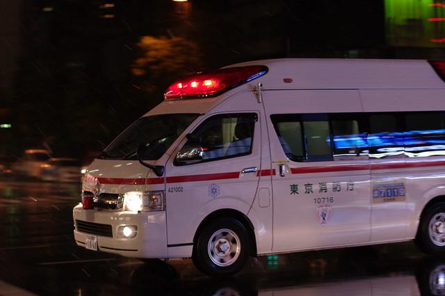 雪の中、救急車は行く