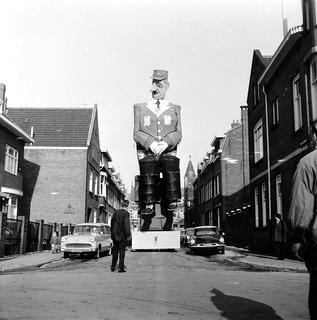 Carnaval: praalwagen met pop van Charles de Gaulle / Carnival procession with a large doll of Charles de Gaulle.