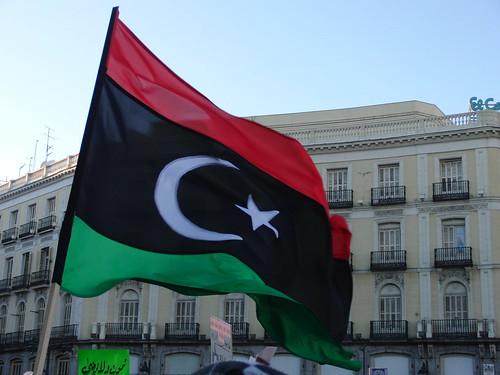 Una bandera libia en una protesta en Madrid