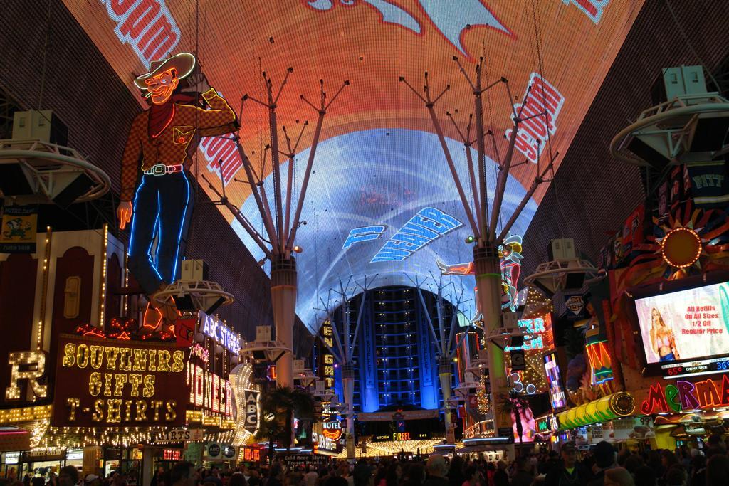 Freemont Street y su espectáculo en la pantalla más grande del mundo son una fiesta continua cada noche en el Downtown. Qué ver y hacer en Las Vegas, curiosidades y lugares a NO perderse - 5522879787 a7d44d0565 o - Qué ver y hacer en Las Vegas, curiosidades y lugares a NO perderse