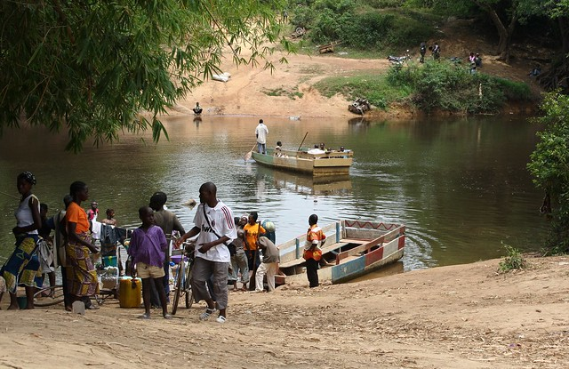 Displaced people crossing the border from Ivory Coast to Liberia