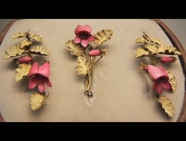 Gold brooch and earrings with violets in tinted ivory, English, about 1850