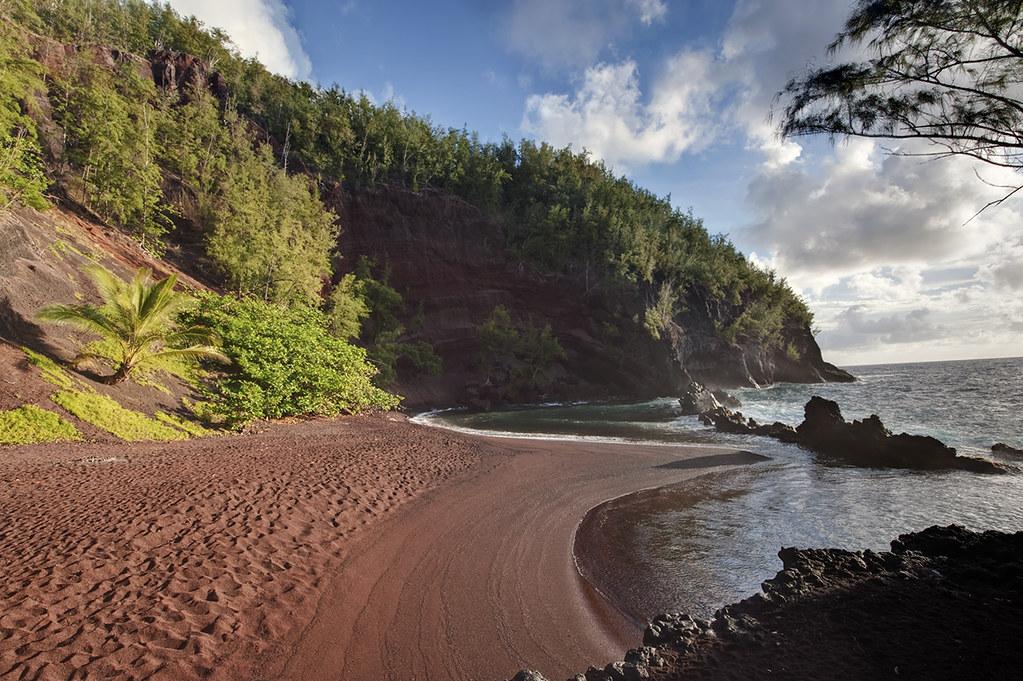 красный песок пляж