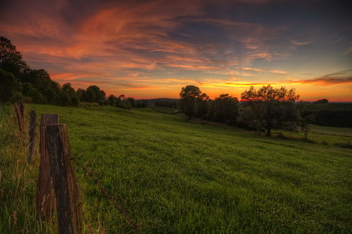 canon eos 7d sigma 1020mm hdr photomatix nature paysage landscape sunset coucher soleil sun colors couleurs campagne meadow prairie champs field france franchecomté nuit night sky nuages clouds philippesaire wideangle photo photography ciel