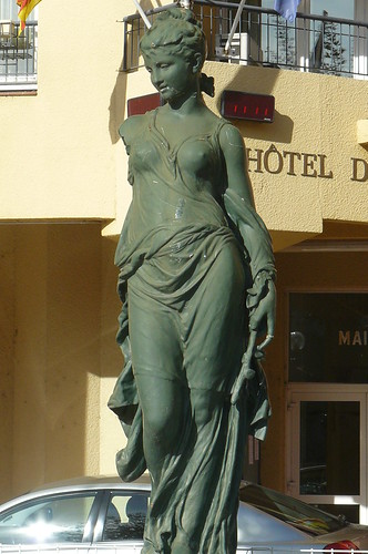 la statue de la borne-fontaine du front de mer by Claudie K