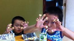 実家でポテコを指にハメて喜ぶ子供達
