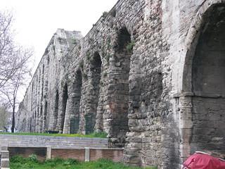 תמונה של Valens Aqueduct ליד İstanbul. istanbul