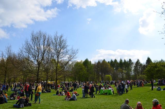 Berlin Cherry Blossom Festival Kirschbluetenfest Gaertens der Welt Erholungspark Marzahn_lawn filled with picnics