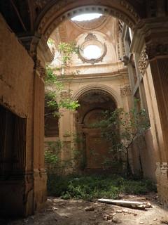 Imagen obtenida a través de una rendija en la puerta. Estado actual de abandono de la iglesia del monasterio de Santa Fe.