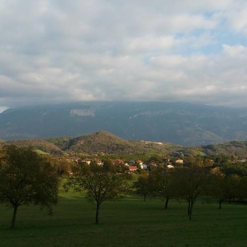 Bien que le temps fut nuageux en ce jour du 05.10, le soleil faisait de jolies percées 😊 après avoir illuminé les arbres, c'est au tour des montagnes d'être à l'honneur ❤  Nous étions en direction de Cras  #isere #38 #visitisere #igersgrenoble