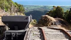 丹尼斯頓斜坡處向下看,2011 年 4 月。在 20 世紀早期,採煤的礦車由高原上方隨斜坡沿鐵軌滑下,運送到市場。 (Matt Smeltzer 攝影)