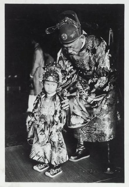 Hue 1936 - Le petit prince impérial et son gouverneur - Thái tử Bảo Long, con vua Bảo Đại