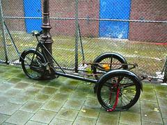 Bakfiets (vintage carrier cycle, triporteur ancien), Amsterdam, Groenmarktkade