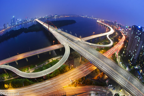 road city travel bridge blue roof light building tower cars rooftop water night river dark way nikon ramp asia cityscape view traffic top south korea fisheye hour seoul nikkor curve renan han 서울 gicquel d80 seogang rooftoping 서강대교 renan4
