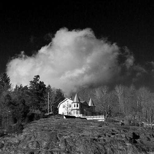 cliff cloud white house black sweden sverige valdemarsvik canon50mmf14usm canoneos7d