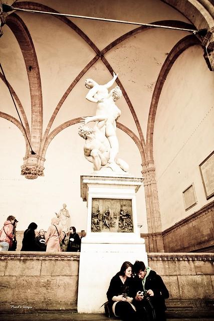 強擄薩賓婦女 雕像下的情侶