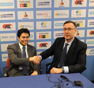 Hikaru Nakamura junto a Juan Carlos Fernández, Director Técnico de la Final de Maestros del Grand Slam de Bilbao en el momento de recibir la invitación para el Torneo.