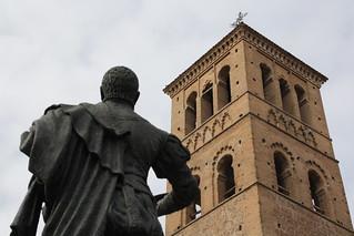 Escultura y torre