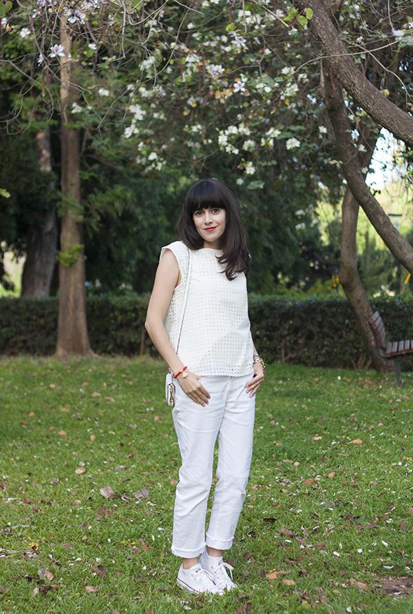 all white outfit, converse sneakers, allstars, אולסטאר, ג'ינס לבן, תיק לבן, חולצה לבנה, אפונה בלוג אופנה